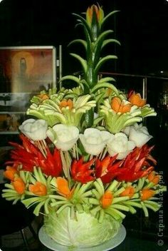 Inspiration pic of edible veggie flowers - Food Carving Ideas Fruits Decoration, Vegetable Decoration, Decoration Entree, Veggie Art, Fruit And Vegetable Carving, Veggie Food, Edible Food, Edible Art, Deco Fruit
