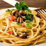 Eğer hem lezzetli hemde kolay bir fettucini makarna tarifi arıyorsanız, adeta lezzeti tabaktan dışarıya taşan kurutulmuş domates ve mantarla hazırlanmış, sarımsak ve fesleğen soslu fettucini makarna tarifimizi deneyebilirsiniz!