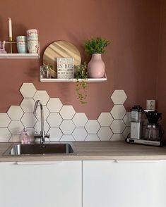 Modern Kitchen Tiles, Kitchen Wall Tiles, Kitchen Room Design, Modern Kitchen Design, Kitchen Interior, Hexagon Wall Tiles, Hexagon Tile Backsplash, Kitchen Styling, Bathroom Inspiration