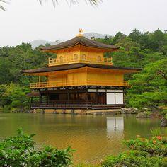 """O Templo do Pavilhão Dourado (Kinkaku-ji) fica em Quioto, no Japão, e está rodeado pelo Kyōko-chi (lago espelhado). Todo o pavilhão, exceto o primeiro piso, está coberto de folhas de ouro puro. . The """"Temple of the Golden Pavilion"""" is a Zen Buddhist temple in Kyoto, Japan. It is one of the most popular buildings in Japan, attracting a large number of visitors annually.  . #TuristaProfissional #Kyoto #Japan"""