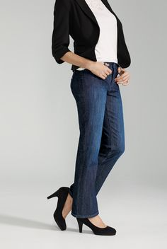 Boot Cut Jean / Jean Jambe Évasée I just like this whole outfit in general. Blue Jeans, Jeans Bleu, Mon Jeans, Blue Jean Outfits, Perfect Jeans, Denim Outfit, Classic Outfits, Dress To Impress, Work Wear