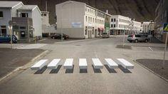 Un pueblo de Islandia pinta una ilusión óptica en un cruce que obliga a los coches a disminuir la velocidad. El trampantojo ha sido probado con éxito en otras ciudades del mundo