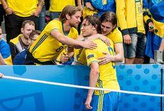 Albin Ekdal kramas om av familjen efter sitt inhopp mot Irland. Sweden Football, European Championships, Om, Sports, Ireland, Hs Sports, Sport