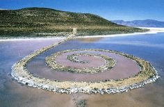 Land art is the name given to monumental pieces of art that are created in and part of nature. Usually they are so huge that they could not be placed in a museum or private house. The most famous is the Spiral Jetty, by Robert Smithson, which is Land Art, Robert Smithson, Art Environnemental, Art Et Nature, Process Art, Environmental Art, Art Plastique, Public Art, Art Google