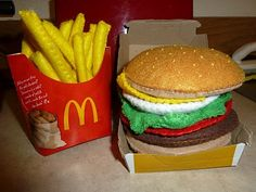 I made another burger and fries and put them in the boxes that ya get from McDonald's ! The burger was too big for the box! Felt Crafts Diy, Food Crafts, Felt Diy, Diy Food, Felt Food Patterns, Felt Play Food, Pretend Food, Burger And Fries, Fake Food