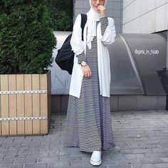 How to wear stripes with hijab – Just Trendy Girls Looking for an unexpected combination! Wearing striped patterns seems fun and unusual; try to look different when wearing stripes like matching a bright red or Hijab Casual, Hijab Chic, Simple Hijab, Islamic Fashion, Muslim Fashion, Modest Fashion, Fashion Outfits, Fashion Clothes, Street Hijab Fashion