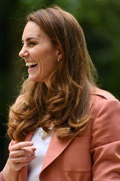 Changement de style pour Kate Middleton ! Le 22 juin 2021, lors d'une visite officielle au musée d'histoire naturelle de Londres, elle a troqué ses robes et ses escarpins contre un jean, une très chic veste de blazer Chloé et une paire de baskets green, Veja. Looks Kate Middleton, Officiel, Baskets, Duchess Kate, Jeans, Blazer, Raincoat, Chic, Style