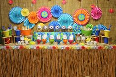 déco garden party tropicale d'esprit exotique, disques en papier plié coloré et canisse en tiges de bambous