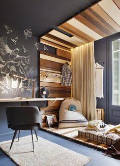 plafond design en bois massif et peinture noire dans la chambre cosy, bureau en bois et carpette beige