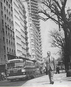 1957 - O escritor Erico Veríssimo caminhando pela praça da República.