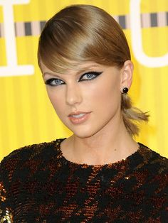The 5 best cat eye makeup looks at the 2015 VMAs, including Taylor Swift's vampy eyeliner