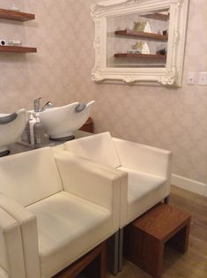 Stand behind tilted shampoo bowls in WHITE! and club chairs at the right height for client comfort Salon Shampoo Area, Vintage Salon Decor, Shampoo Chair, Boutique Spa, Beauty Salon Interior, Home Salon, Salon Style, Salon Design, Beauty Room