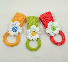 Daisy Towel Holder—fun and easy to make: free crochet pattern.