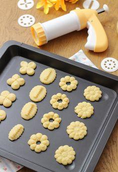La sparabiscotti è un utensile molto facile e divertente da utilizzare, infatti con pochi passaggi riusciremo a creare tantissimi dolci... Biscuit Cookies, Yummy Cookies, Romanian Food, Italian Cookies, Mini Desserts, No Cook Meals, Italian Recipes, Cookie Recipes, Food To Make