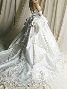 ユミ刺繍の華やかなバックスタイルが印象的なマリエ