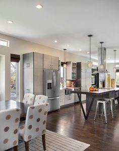 une cuisine ouverte sur la salle à manger