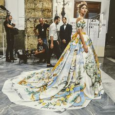 The Italian Fashion House has chosen Palermo this year to present its most prestigious Dolce & Gabbana Fall 2017 Haute Couture collection 'Alta Moda. Couture Fashion, Runway Fashion, High Fashion, Fashion Show, Fashion Design, The Dress, Fancy Dress, Ellie Saab, Mode Editorials