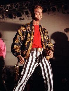 David Bowie on stage with Tin Machine - Glasgow, November 1991 Bowie Ziggy Stardust, David Bowie Ziggy, Tin Machine, David Bowie Fashion, The Thin White Duke, Major Tom, David Jones, Glam Rock, Style Icons