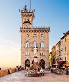 📷 @thererumnatura 📍San Marino.  San Marino, ufficialmente Serenissima Repubblica di San Marino, spesso abbreviato in Repubblica di San Marino, è uno stato dell'Europa meridionale che si trova in Italia.  L'indipendenza del piccolo Stato è stata messa in pericolo più volte: in tutta la sua storia, San Marino ha subito tre brevi occupazioni militari. Nel 1503 Cesare Borgia occupò la Repubblica per dieci mesi sino alla morte del padre, papa Alessandro VI. Successivamente, nel 1739, il…