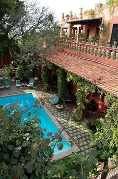 Eye For Design: Decorating In Old Spanish Colonial Style Hacienda Style Homes, Spanish Style Homes, Spanish Revival, Spanish House, Spanish Colonial Decor, Spanish Pool, Spanish Backyard, Spanish Courtyard, Colonial Decorating