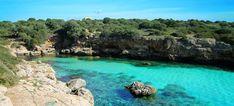 1. Cala Portals Vells Fünf Kilometer südlich von Magaluf im Südwesten der Insel finden Sie gleich drei wildromantische Bilderbuch-Buchten. Nicht umsonst sind sie bei Einheimischen beliebt: Die malerischen, kleinen Nischen mit...