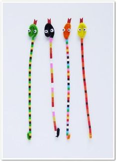 Easy Craft Stick Snake Art Project for Kids Craft Stick Crafts, Easy Crafts, Crafts For Kids, Arts And Crafts, Projects For Kids, Diy For Kids, Art Projects, Pipe Cleaner Crafts, Pipe Cleaners