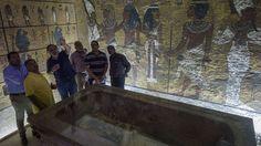 Egypt fremskynder åpningen av tre historiske gravkamre i oldtidsbyen Luxor for å lokke turister til landet etter flystyrten på Sinaihalvøya.