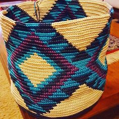 mochila crochet - need to find out more about these Diy Crochet And Knitting, Free Crochet, Crochet Hats, Crochet Handbags, Crochet Purses, Mochila Crochet, Tapestry Crochet Patterns, Tapestry Bag, Crochet Fashion
