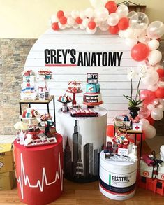 Inspirations Trends 2019 / Panels and Balloons - New Deko Sites Grey's Anatomy, Grad Parties, Birthday Parties, Doctor Party, Nurse Party, 14th Birthday, Party Decoration, Partys, Deco Table