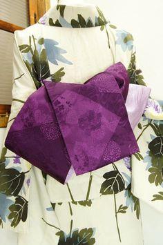 紫地に、ふわりと丸いあでやかな菊花や、楚々と咲く花桐美しい切嵌模様が織り出された半幅帯です。 #kimono