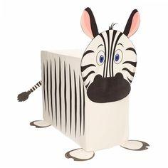 Zebra surprise maken pakket. Compleet basis bouwpakket om een surprise van een zebra te maken. Dit pakket bestaat uit de basismaterialen en instructies die u nodig heeft om een zebra te knutselen van ongeveer 38 x 50 cm, zoals op de afbeelding. Daarna kunt u de surpise naar eigen wens versieren en personaliseren. Er word een vel meegeleverd met de zebra strepen. Deze kunt u uitknippen en op de zijkanten plakken. Extra nodig: - Lijm - Schaar - Plakband / tape Ruimte voor kado: In het doos...