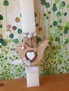 Χειροποίητη λαμπάδα με ξύλινο πουλάκι, βαμβακερή δαντέλα και λινάτσα. Greek, Easter, Candles, Easter Activities, Candy, Candle Sticks, Greece, Candle