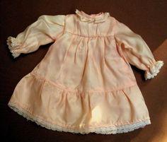 zauberhaftes-nostalg-kleines-Puppen-Kleid-seidiger-Stoff-mit-Spitze-21-cm-lang