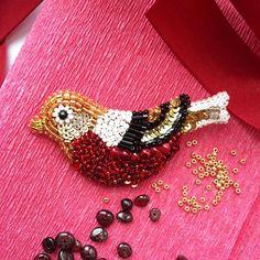 WEBSTA @ zefirinastudio - Брошь Маленькая Птичка вышита вручную из японского бисера и итальянских пайеток. Классическая цветовая гамма - золото, красный, чёрный.  Hand embroidered brooch Small bird from Japan beads and Italian sequins. It's classic combination of red, gold and black colors #uniquejewelry #beadedbrooch #handmadejewelry #handembroidery #brooch #fashionbrooch #bird #goldbird #birdpin #blackandgold #moscow #minsk #paris #milan #amsterdam #handmadebrooch #zefirinastudio #...