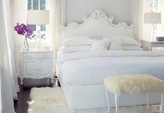 Wit-lichtblauwe slaapkamer met paars accent.
