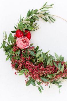 How to make asymmetrical holiday wreaths (click through for the tutorial) #diy #holiday #christmas #wreath #homedecor