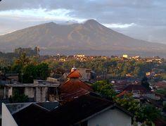 Kota Bogor pada senja hari dg latar belakang gunung Salak
