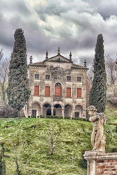 """Villa Contarini - Asolo, Treviso, Italy sulla cima del Colle Messano. È uno dei più celebri monumenti asolani ed è composto di due corpi distinti ma intimamente collegati: il cosiddetto """"Fresco"""", costituito da una scenografica facciata rivolta a settentrione e ben visibile dalla contrada di S. Caterina, e dall'edificio della villa vera e propria sul versante meridionale del colle."""