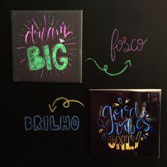 #homedecor #chalkboard #chalkart #lousa #paredelousa #azulejos #azulejospersonalizados #azulejosdecorados #chalkpaint #lettering #letteringart #chalklettering #decoração #casadecor Chalk Lettering, Chalkboard, Instagram, Custom Whiteboards, Wall Of Frames, Decorative Frames, Glow, Made By Hands, Positive Quotes