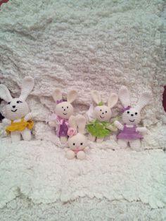 intera famigliola di conigliette sempre da creatività organizzata, fonte inesauribile di idee: http://www.creativitaorganizzata.it/amigurumi-spiegazioni/