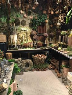 work area of a flower shop Deco Nature, Garden Shop, Christmas Decorations, Holiday Decor, Store Displays, Nature Crafts, Christmas Inspiration, Xmas, Christmas Christmas