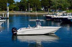 Le propriétaire de ce Boston Whaler vient de commander la passerelle FPT de Nautex. Il a été séduit d'abord par son prix puis sa légèreté car fabriquée à partir de feuilles de PVC thermoformées, nouvelle technologie dans l'industrie nautique.