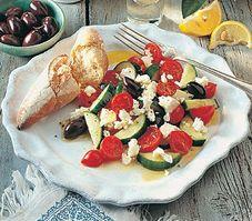 Cette version de la célèbre salade à la feta remplace les tomates classiques par des tomates-cerises, plus sucrées. Sushi, French Toast, Salads, Nutrition, Breakfast, Feta, Ethnic Recipes, Mediterranean Recipes, Greek Salad