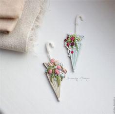 Купить или заказать Нежность весны. Дамский зонтик с тюльпанами. Брошь в интернет-магазине на Ярмарке Мастеров. Брошь зонтик в нежных пастельных оттенках: кремовый, розовый. Все броши сделаны из цветной полимерной глины вручную, без окрашивания. Цвета не выгорают и не тускнеют. Поверхность фактурная, объемная, бархатистая. Достаточно легкие, не оттягивают одежду. Полимерная глина достаточно прочная, но все-таки стоит относиться бережно: не ронять, не царапать, не гнуть и не подвергать…