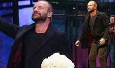 Sting is greeted with rapturous standing ovation, holding wonderful Dutch Avalache+ roses.