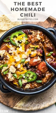 This is the BEST homemade chili recipe. It's super easy and delicious, plus there are plenty of ways to customize it and make it your own. Beef Recipes Lunch, Hearty Soup Recipes, Best Beef Recipes, Chili Recipes, Homemade Chili, Healthy Soup, Lunches And Dinners, Soups And Stews, Cooking
