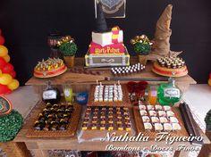 Bolo e mesa de doces Harry Potter.