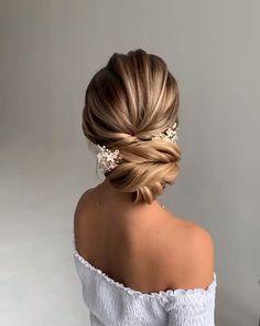enchanting bridal hair accessories to inspire your hairstyle 23 Loose Hairstyles, Bride Hairstyles, Short Hair Updo, Short Hair Styles, Wedding Hair And Makeup, Hair Makeup, Hairdo Wedding, Bridal Hair Updo Elegant, Bridal Bun