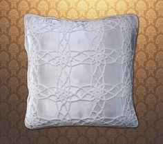 Almofada de crochê com forro de cetim dupla face na cor branca. <br>Pode ser feito em cores e tamanhos diferentes. Consulte!