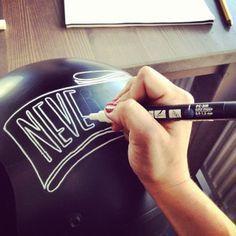 pinstriping y la escritura con plumas en los cascos personalizados
